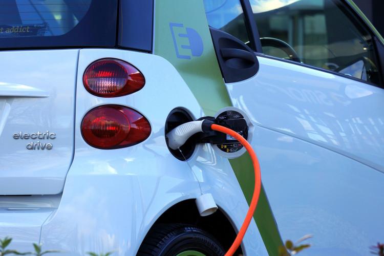 Nye regler om ladestandere til el-biler som følge af politisk ønske om flere el-biler i 2030
