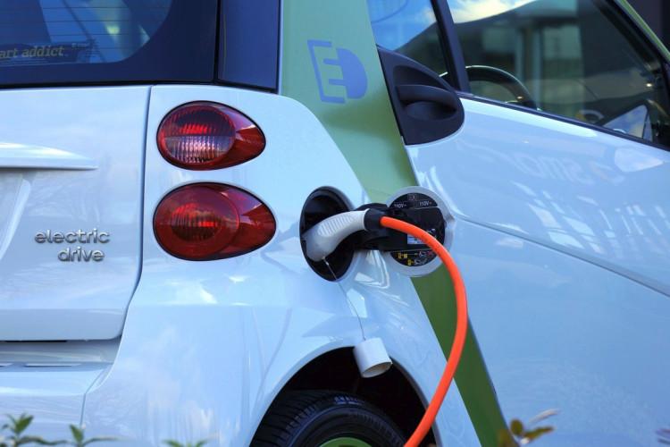 Nyt lovforslag skal fremme udbredelsen af ladestandere og dermed elbiler