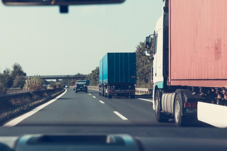 Kan man levere ved at vælte varerne af traileren?