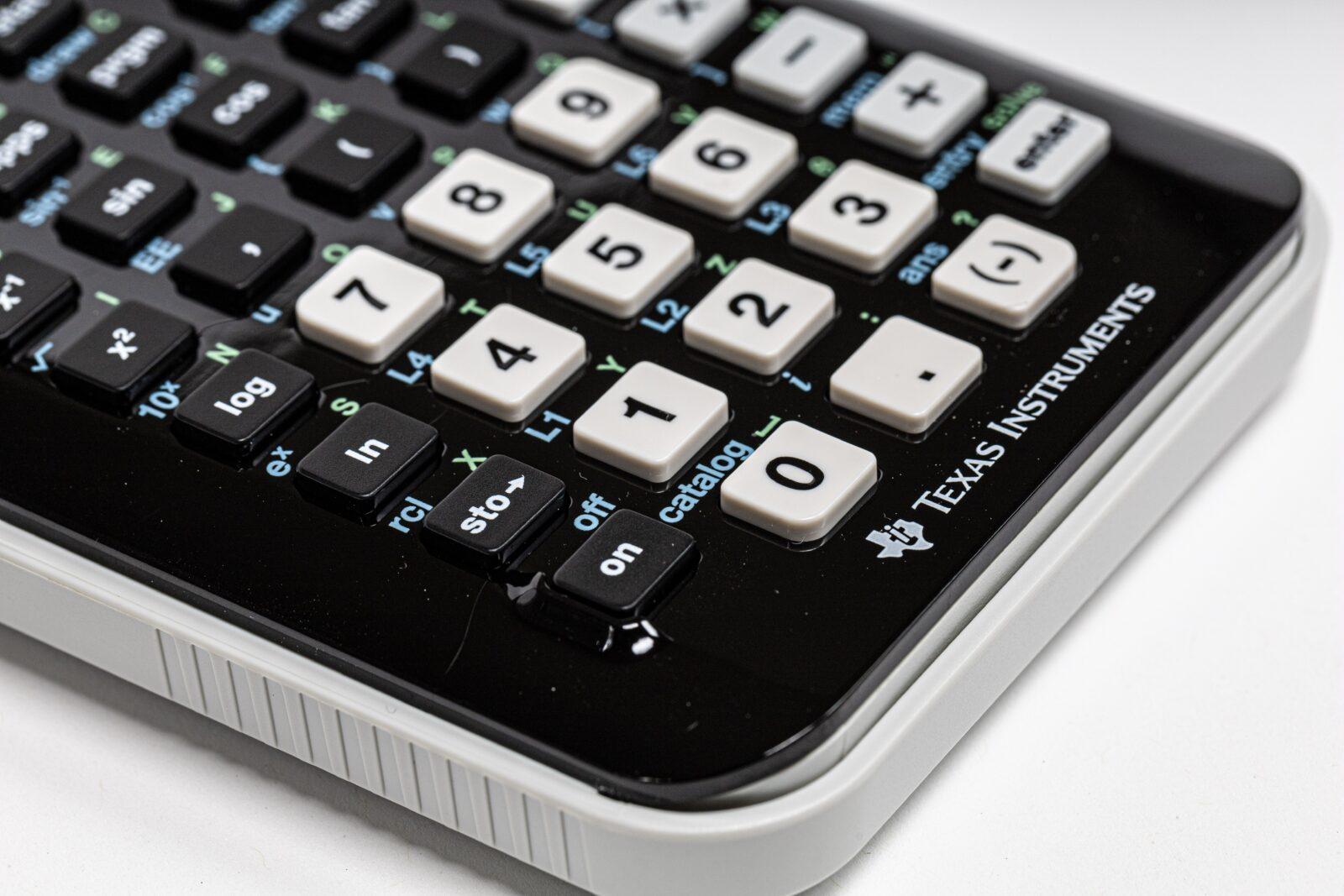 Hvornår foreligger der en tilstrækkelig direkte og umiddelbar tilknytning mellem afholdte udgifter og en momspligtig aktivitet?